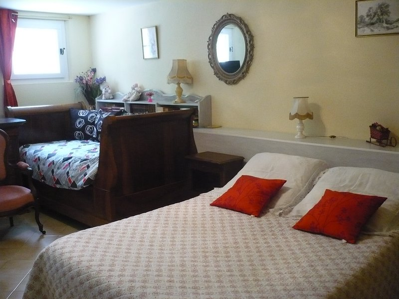 Tramontane room for 2 or 3 people, swimming pool access, furnished garden and kitchen TV Wifi free