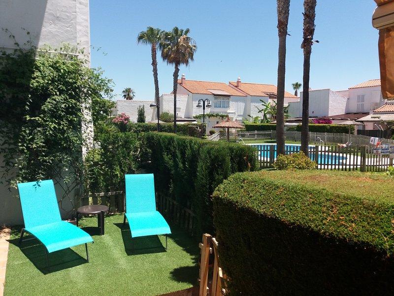 Apartamento en bajo con amplio porche, frente a la piscina. – semesterbostad i Rota