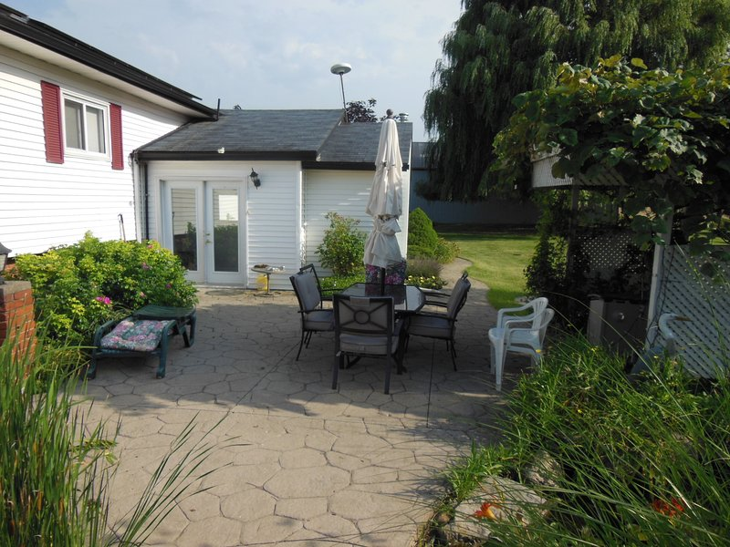 Secluded & private in Grimsby wineries region, Ferienwohnung in Beamsville