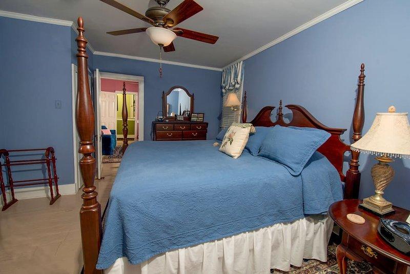 Elegant suites, Jacuzzis, downtown location!, holiday rental in Elizabeth City