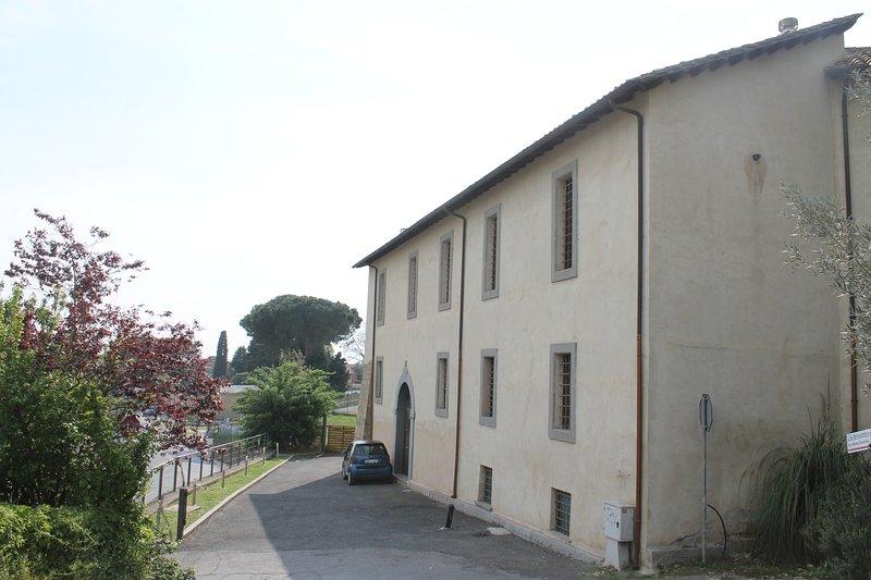 Fachada exterior de la Residenza Vecchia Mola Chigi con estacionamiento