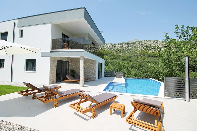Villa Zora-beautiful 30m2 Pool,Garden with barbecue and comfortable sitting area
