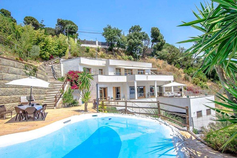 Catalunya Casas: Modern Villa Mestral, only a few kilometers to the beach!, casa vacanza a Breda