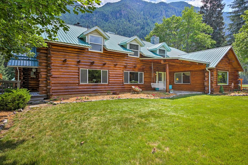 Pastoral Troy Log Home w/ Cabinet Mountain Views!, vacation rental in Libby