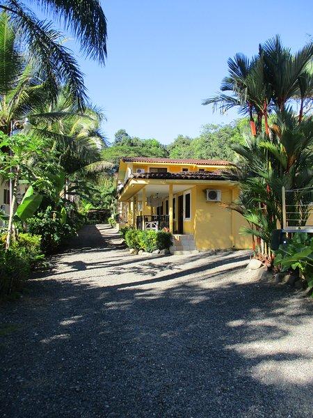 Pura Vida Tropical - clean and spacious 2BR home near the beach, alquiler de vacaciones en Playa Hermosa