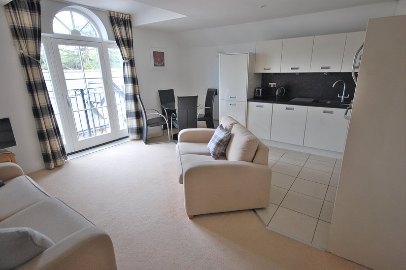 Modern two bedroom second floor apartment with lift and undercroft parking, vacation rental in Saundersfoot