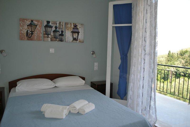 Helios Hotel : Room 5, alquiler de vacaciones en Chlomos