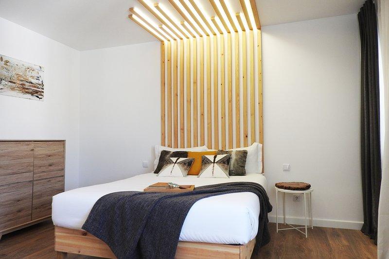 Lisbon AIrport Suites - Wood Bedroom, alquiler de vacaciones en Prior Velho