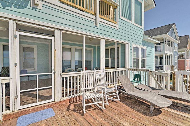Manténgase libre de arena y tome algunos rayos en la terraza privada.