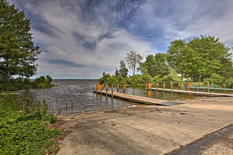 This cabin is just 250 feet from Houghton Lake!