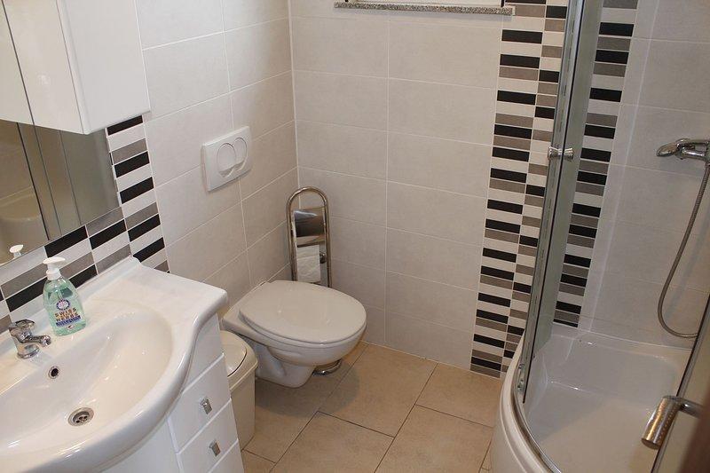 A2 (4 + 1): baño con inodoro.