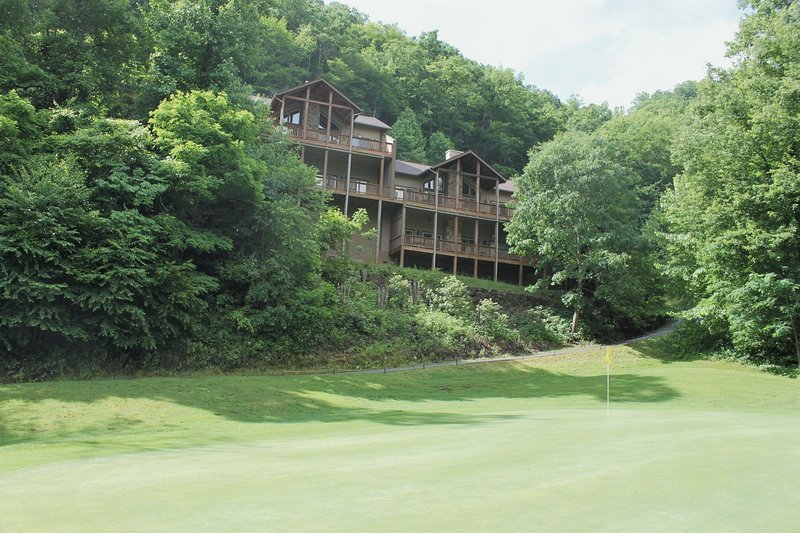 Large & Luxurious Condo in Smoky Mountain Country Club, location de vacances à Whittier