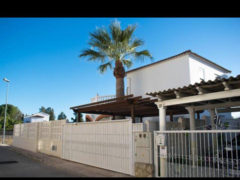 Frente al Mar. Rosales. Lujosa Villa con aa, wifi y piscina, holiday rental in Oliva