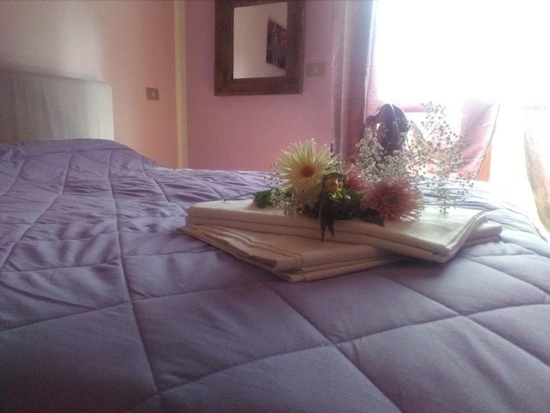 Lavendelfärgat rum med trägarderob