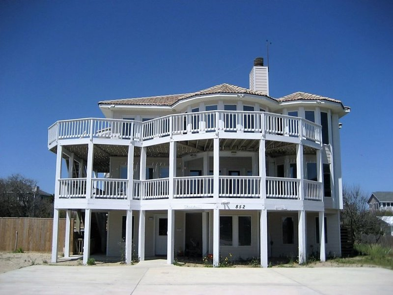 200' to the beach, amazing views, private pool, hot tub, rec. room!, alquiler de vacaciones en Corolla