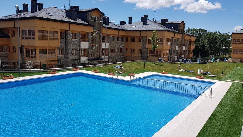 Estupendo apartamento, muy cómodo y nuevo con gran terraza(Piscina-pádel), casa vacanza a Jaca