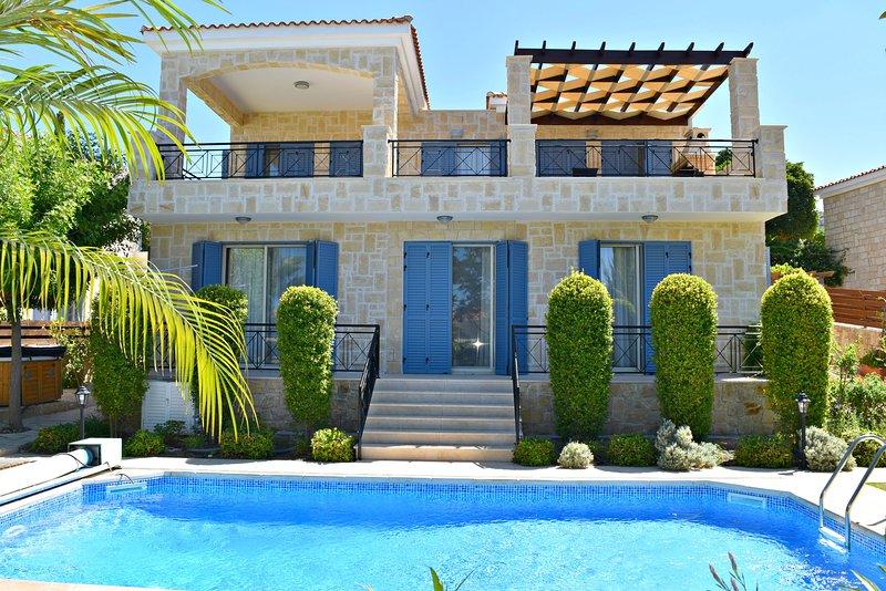 Latchi Beach 4 Bed Luxury Villa - Just 100m From Blue Flag Beach - Sea Views, casa vacanza a Latchi
