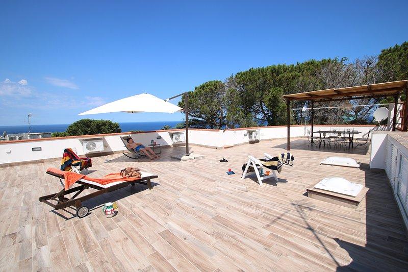 LACCO SOLARIUM • VILLA AMAZING SUNSET TERRACE sea view, park,aircnd, aluguéis de temporada em Lacco Ameno