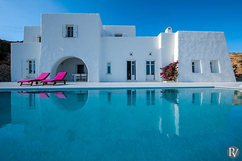 Naousa Villa Sleeps 10 with Pool - 5643697, Ferienwohnung in Lefkes
