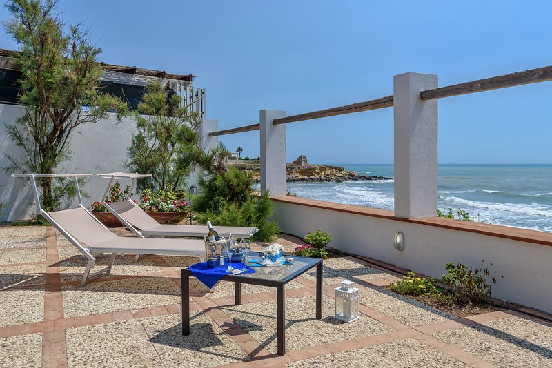 Elettra, villa facing the sea, on a cliff, just 20 m from the sandy beach, vacation rental in Punta Secca