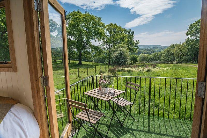 Hen Cloud Shepherd Hut, Whitelee Farm, Wincle, Peak District, holiday rental in Bosley