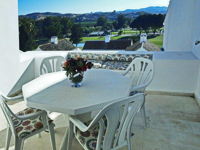 Spacious apt with pool access, vacation rental in Las Lagunas de Mijas