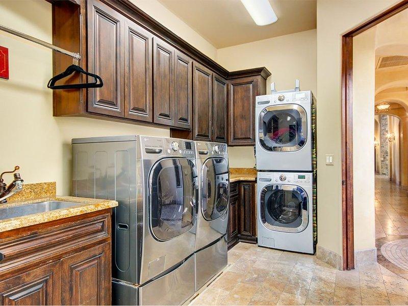 Salle de lavage comprend un chiffon vapeur, fer et planche à repasser