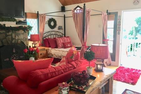 Darling writer's cottage for two in the woods, alquiler de vacaciones en Skyforest