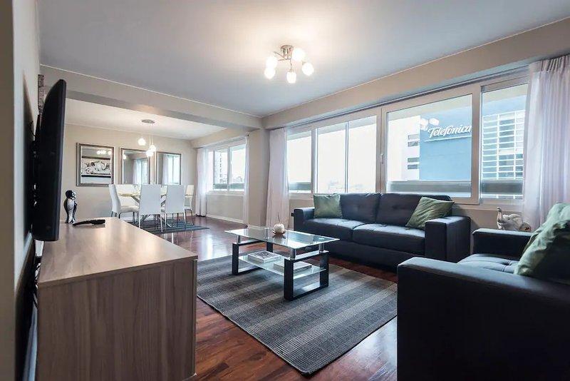 Sala de estar: Para o seu conforto com janelas anti-ruído para uma cidade que nunca dorme.