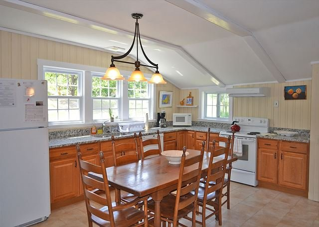 Las muchas ventanas de la cocina dejan pasar la luz natural.