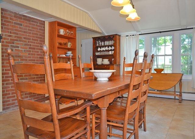 La gran cocina comedor tiene mucho espacio para comer.