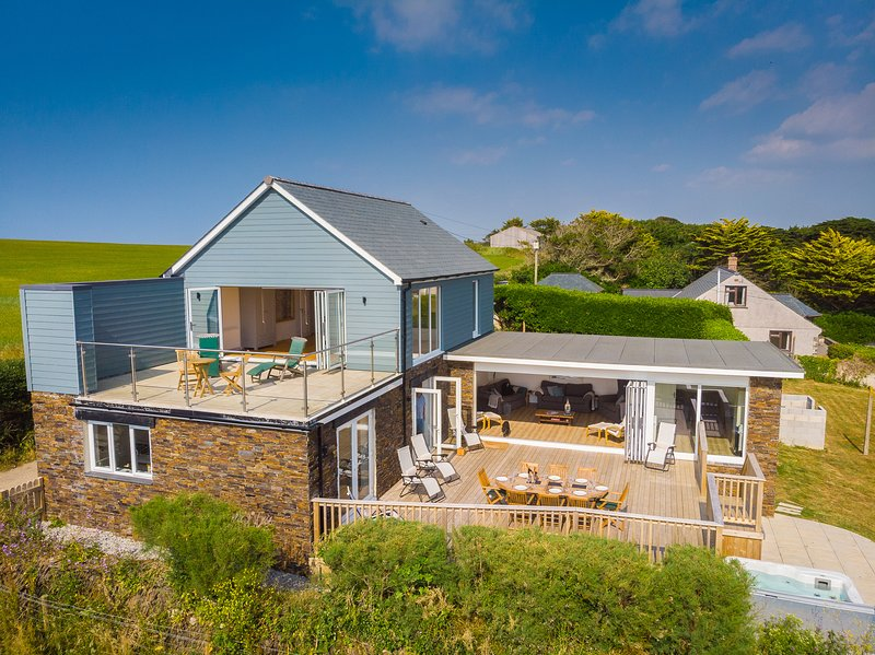 Luxury 5 Bedroom House with sea views & Hot Tub - Tygwella, Porthcothan Bay, location de vacances à Porthcothan