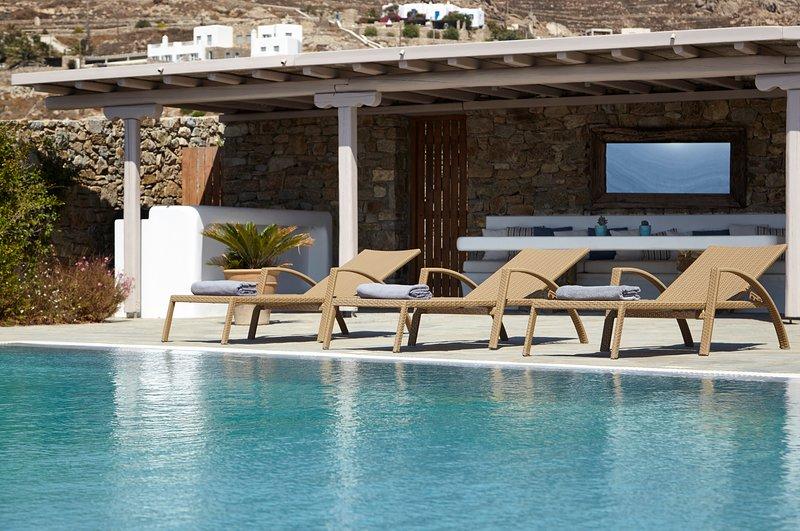 THE WHITE VILLA. THE HOME ESCAPE. Sea View. Infinity Pool.Concierge. VIP Service, alquiler de vacaciones en Elia