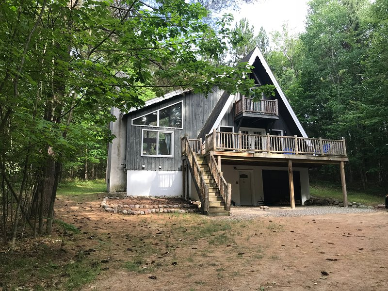 Peaceful & Relaxing Adirondack Chalet near Lake Placid, sleeps 14, dog-friendly, casa vacanza a Keeseville
