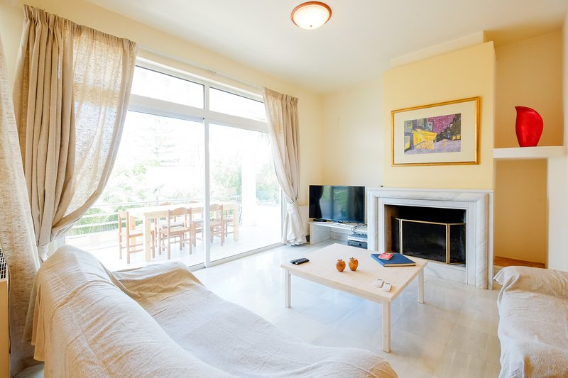Beachfront & Spacious family Home in quiet area, holiday rental in Daratsos