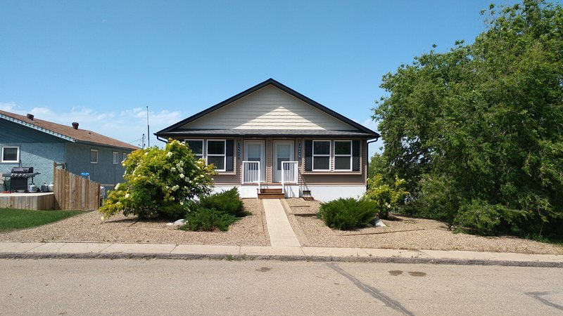 Clean & Comfortable Modern Duplex 4662A Price Ave, holiday rental in Saskatchewan