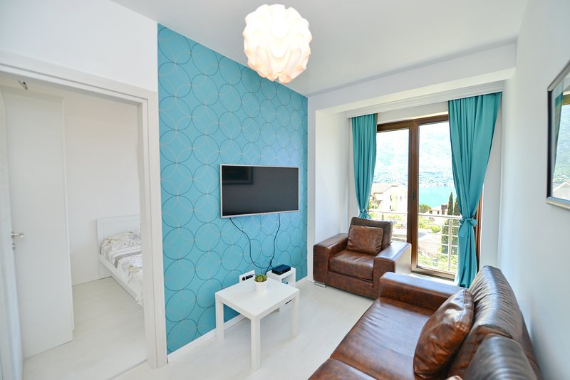 One-bedroom apartment with magnificent view over Boka Bay, aluguéis de temporada em Orahovac