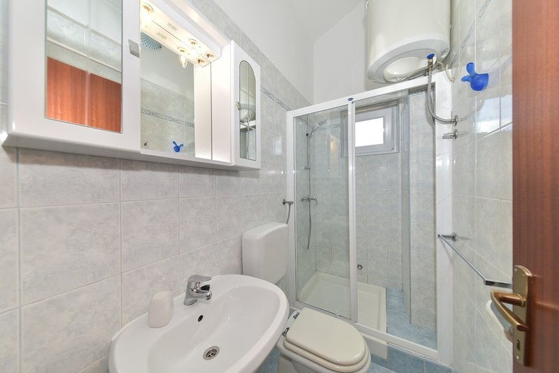 A6(2+2): bathroom with toilet