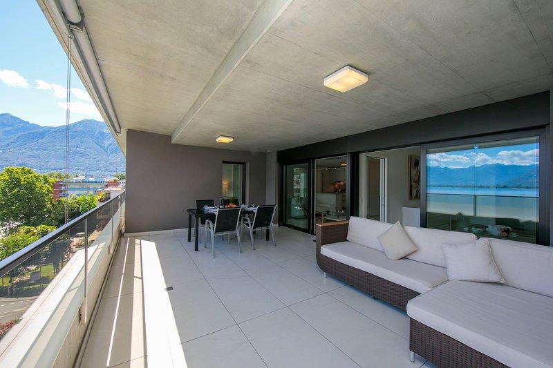 Terrasse avec espace détente et table à manger extérieure