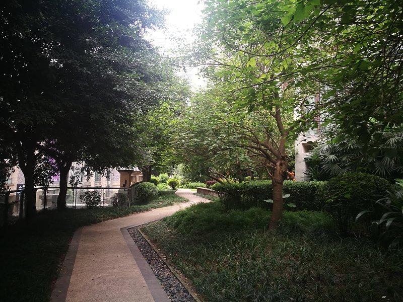 área pública em torno do prédio de apartamentos