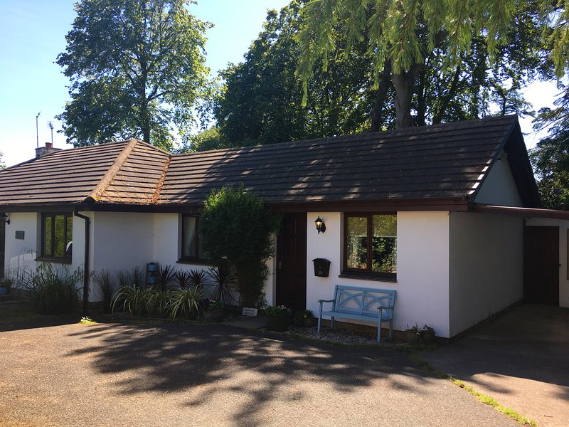 Midwood Cottage with private parking, lovely garden, bike shed, tree house and 5 mins to the beach.