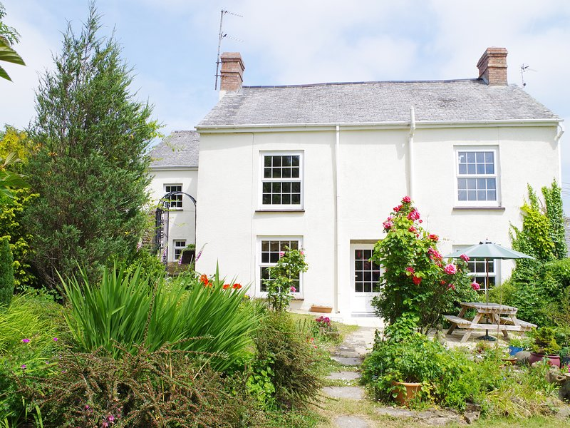 GARDEN COTTAGE, shared swimming pool, 130-acre natural grounds, in Bideford, vacation rental in Great Torrington