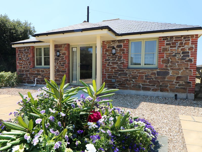 ELM COTTAGE, wheelchair access, pets, Tregony, holiday rental in Grampound