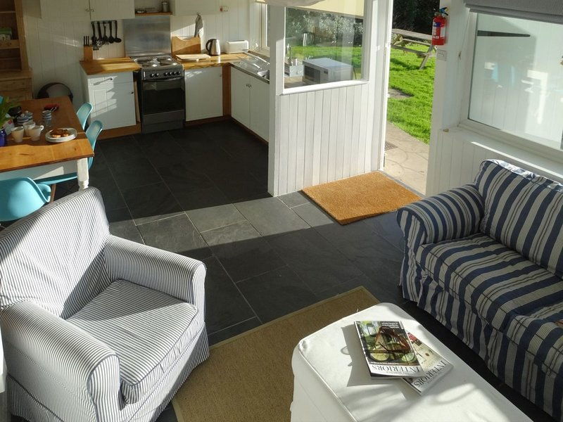 2 BROOK COTTAGES, Scandinavian chalet near beach, in Hope Cove, Ref 982905, vacation rental in Bolberry