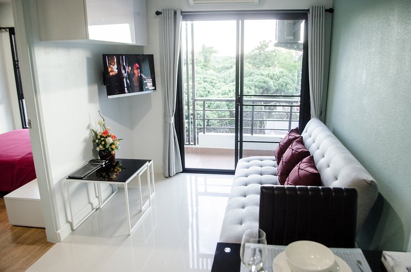 Luxury Condo Unit With Pool & Gym, holiday rental in San Sai