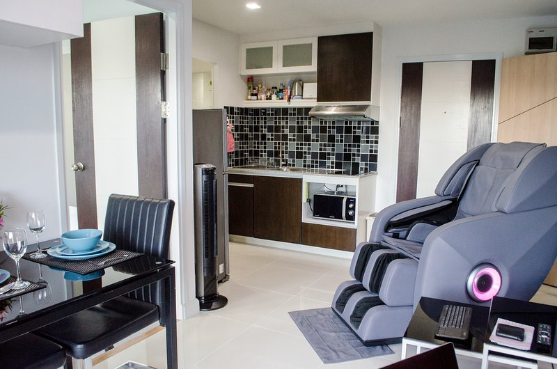 Luxury Condo w Massage Chair, Swimming Pool & Gym, holiday rental in San Sai