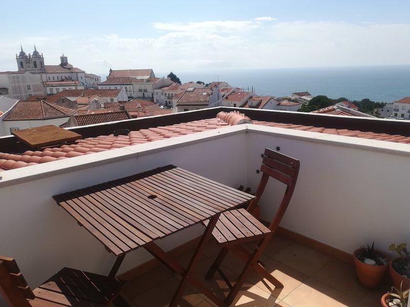 Apartamento en el Sitio de Nazare con pequeña terraza y estupendas vistas al mar, location de vacances à Nazare