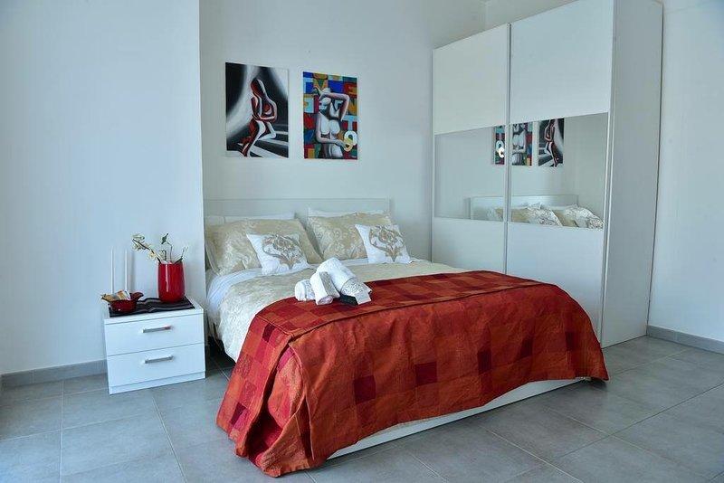 Quarto duplo superior com casa de banho privativa, ar condicionado, roupeiro, secretária, acesso Wi-Fi gratuito e terraço.