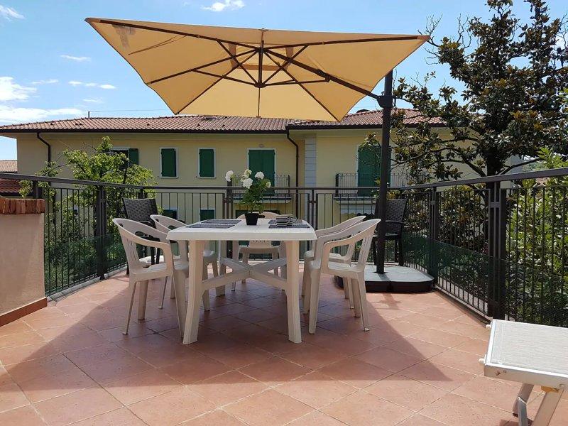 Villa Olivia - Appartamento con grande terrazzo in villa d'epoca, aluguéis de temporada em Villanuova sul Clisi