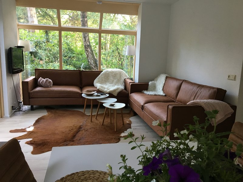 Living - 1 couch for 4 p, 1 couch for 3,5 p
